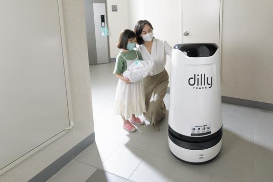 실내 배달로봇 딜리타워가 서울 영등포구 한화 '포레나 영등포'에서 배달을 하고 있다. [사진 배달의민족]  .