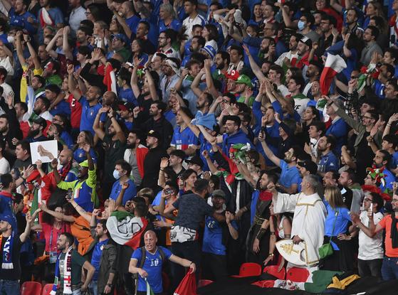 11일(현지시간) 이탈리아 축구 팬들이 영국 런던 웸블리 스타디움에서 열린 유로 2020  잉글랜드와 이탈리아 결승전을 응원하고 있다. [로이터=연합뉴스]