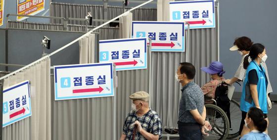 12일 서울 송파구 거여동 송파체육문화회관에서 시민들이 신종 코로나바이러스 감염증(코로나19) 예방접종을 받고 있다. 뉴스1