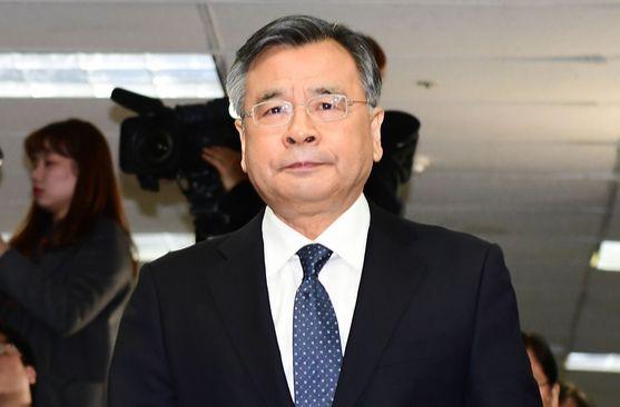 경찰이 국민권익위에 박영수 특별검사가 '김영란법'상 공직자에 해당되는지 유권해석을 요청했다. 박 특검은 100억원대 사기 혐의로 구속된 김모씨로부터 고급 차량을 제공받았다는 의혹을 받고 있다. 뉴스1