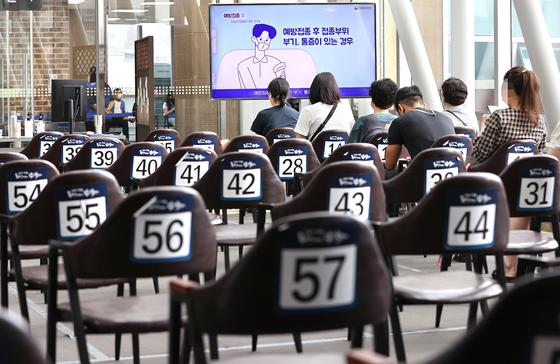 8일 오전 서울 성북구 예방접종센터에서 시민들이 백신 접종을 마친 뒤 이상반응 모니터링을 위해 대기하고 있다. [연합뉴스]