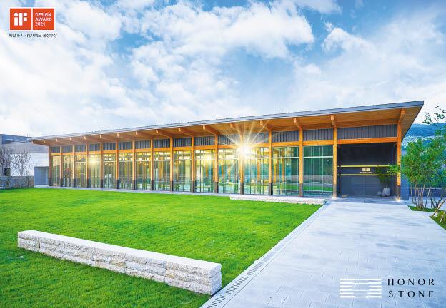 프리미엄 봉안당 아너스톤(HONORSTONE)은 자연과 조화를 이룬 건축물에 문화예술을 담은 추모공간으로 주목받고 있다. 아너스톤 전경(왼쪽)과 실내 라운지. [사진 용인공원]