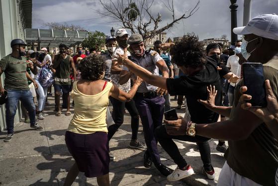 11일 쿠바 수도 아바나에서 시위대가 경찰과 몸싸움 하고 있다. 연합뉴스