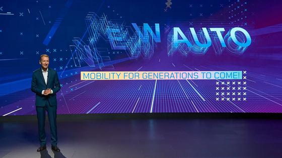 폴크스바겐 그룹 헤르베르트 디스 최고경영자가 지난 13일(현지시각) 미래 10년 비전 새로운 자동차(new auto) 전략을 발표하고 있다. 사진 폴크스바겐