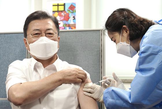 문재인 대통령이 4월 30일 서울 종로구보건소에서 아스트라제네카(AZ)사의 신종 코로나바이러스 감염증(코로나19) 백신 2차 접종을 하고 있다. 뉴스1