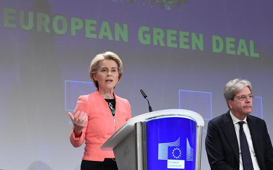 우라줄라 폰데어라이엔 EU 집행위원장이 14일(현지시간) 브뤼셀에 있는 EU 의회 프레스룸에서 탄소세 도입 취지에 대해 설명하고 있다.[AFP=연합뉴스]