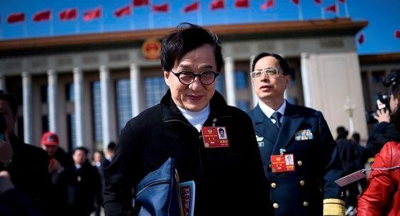홍콩 태생 영화배우 성룡이 2018년 3월 중국 베이징 인민대회당에서 열린 중국인민정치협상회의(정협) 폐막 후 자리를 떠나고 있다. AFP=뉴스1