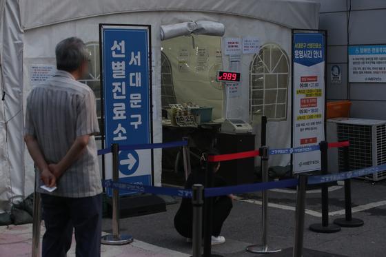 14일 오후 야간 운영 중인 서울 서대문구 보건소 선별진료소를 찾은 시민들이 검사를 기다리고 있다. 연합뉴스