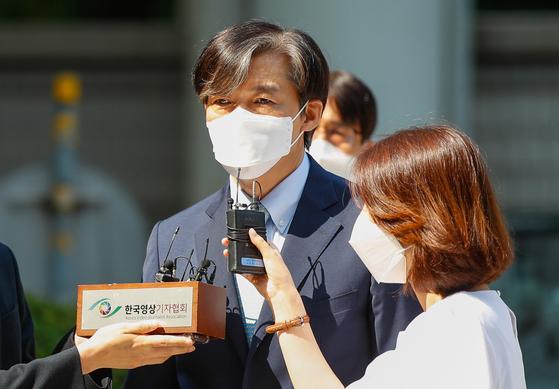 조국 전 법무부 장관이 지난달 25일 서울 서초구 중앙지방법원에서 열린 공판에 출석하기 전 취재진 질의에 답하고 있다. 뉴스1