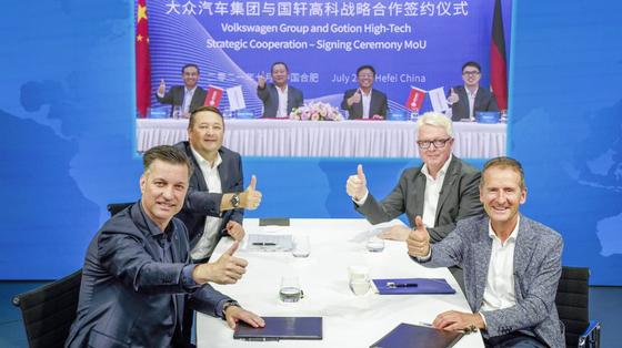 폴크스바겐과 중국 배터리 기업 궈쉬안이 차세대 전기차 배터리 기술 협력을 위한 업무협약을 체결했다. [사진 폴크스바겐]