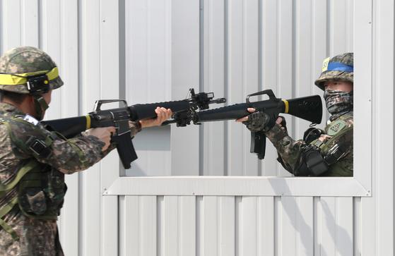 2019년 3월 금곡 예비군훈련대 모의사격장에서 예비군(황색모자띠)과 현역(청색모자띠)이 시가지 교전훈련을 하고 있다. 중앙포토