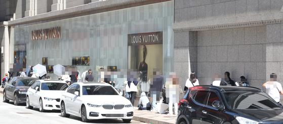 지난 5월 30일 서울 중구 신세계 백화점 명품관 앞에서 시민들이 입장을 기다리고 있다. 연합뉴스