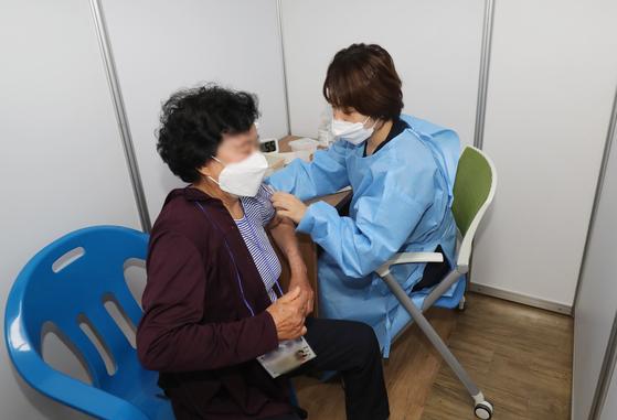 지난 4월 22일 예방접종센터인 서귀포의료원에서 코로나19 백신 접종이 진행되고 있다. 뉴스1