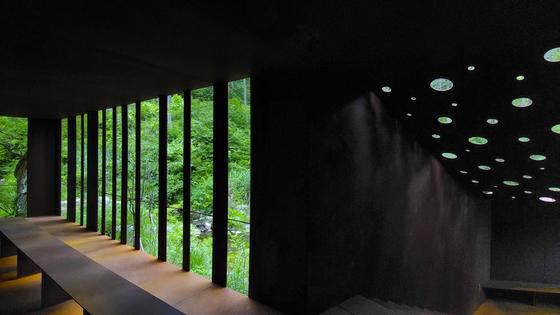 3개의 연못 옆의 쉼터. 누워있는 수도원에 착안해 만든 공간 '와사'.  권혁재 사진전문기자