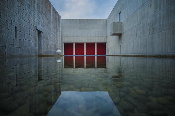 명정에 들어가면 물과 돌의 공간이 있다. 오래 머물며 명상하기 좋다. 권혁재 사진전문기자