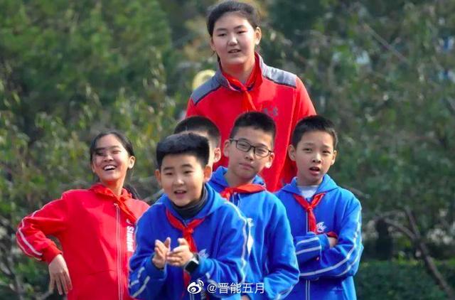 학교 동급생들과 놀이하는 농구선수 장쯔위 [웨이보 캡처]