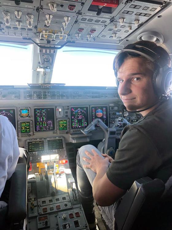 아버지가 낙찰 받은 우주 여행 티켓을 사용해 우주로 떠날 예정인 18세 소년 올리버 다먼이 비행기 조종석에 앉아있다. [사진 AP=연합뉴스]