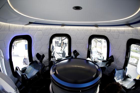 미국 콜로라도주 콜로라도스프링스에서 열린 제33회 우주 심포지엄에서 등장한 블루오리진의 크루캡슐 모형 내부. [사진 로이터=연합뉴스]