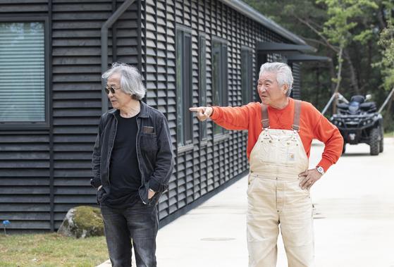 사유원을 15년 간 가꾼 태창철강 유재성 회장(오른쪽)과 승효상 건축가. 권혁재 사진전문기자
