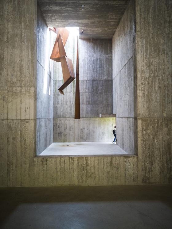 소요헌의 내부. 천장에서 내려오는 조형물도 알바로 시자가 디자인했다. 권혁재 사진전문기자