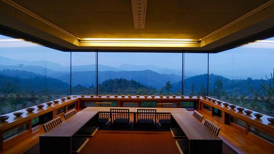 현암의 내부 모습. 삼면 유리창을 통해 파노라마 뷰가 펼쳐진다. 권혁재 사진전문기자