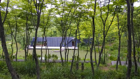 물가의 공연을 즐길 수 있게 만든 시설 '사담'. 생각하는 연못이라는 뜻이다. 권혁재 사진전문기자