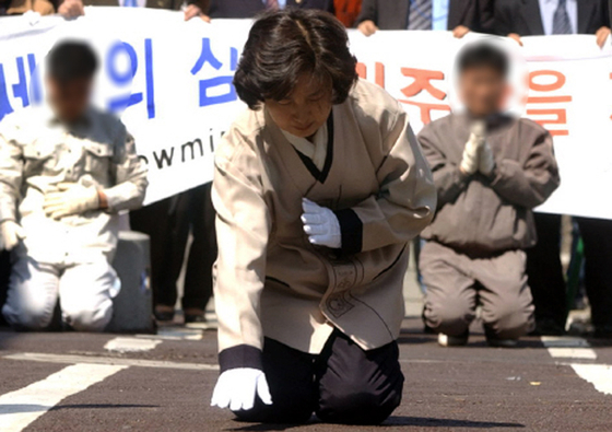 In March 2004, former Minister Chu, who voted for the impeachment of former President Roh Moo-hyun by the National Assembly, faced headwinds of impeachment.  He apologized for three days in Gwangju, but this event blocked his political career for a long time.  JoongAng Photo