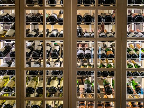 와인 전용 냉장고나 따로 마련된 셀러가 없을때 어떻게 보관하면 좋을까. 와인 전문가에게 물었다. 사진 언스플래쉬