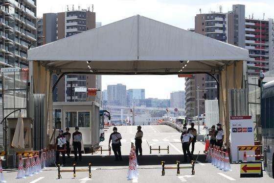 16일 오후 도쿄 하루미 지역 올림픽 선수촌에서 조직위 보안요원들이 경계 근무를 서고 있다. [도쿄=올림픽사진공동취재단]