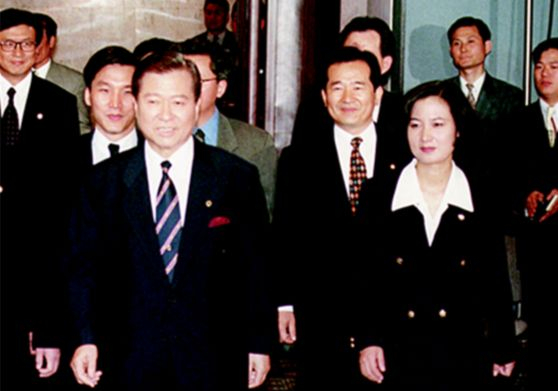 Former Minister Choo Mi-ae walking with former President Kim Dae-jung after entering politics.  Min-seok Kim, a member of the Democratic Party of Korea, and former Prime Minister Chung Sye-kyun (from left in the back row), who are his motivations for entering the political world, are also visible.  Chumiae Camp