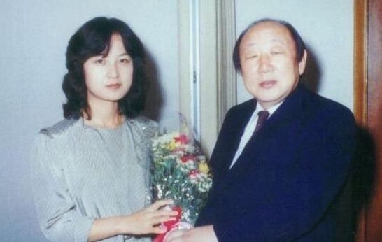 The late Kim Yeon-joon, chairman of Hanyang University, gives a congratulatory bouquet to Choo Mi-ae, who passed the bar exam in 1982.  Former Minister Chu was the 16th female successful candidate since the founding of the country.  Chumiae Camp