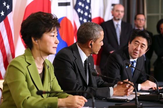 2014년 3월 네덜란드 헤이그 미국 대사관저에서 열린 한미일 3국 정상회담에서 박근혜 대통령이 버락 오바마 미국 대통령 오른쪽에 앉아 아베 신조 일본 총리의 모두발언을 듣고 있다.  [청와대사진기자단]