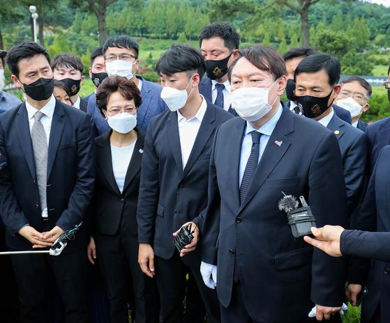 야권 대선주자 선두인 윤석렬 전 검찰총장이 17일 오전 광주 518구묘역에서 이한열열사 묘역에서 참배하고 있다.  프리랜서 장정필