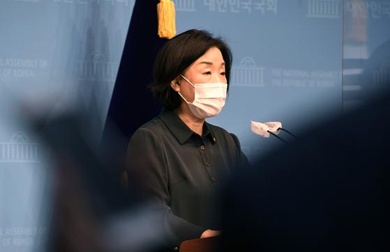심상정 정의당 의원이 지난 12일 국회에서 최저 주거기준 상향을 위한 주거기본법 발의 기자회견을 하고 있다. 임현동 기자