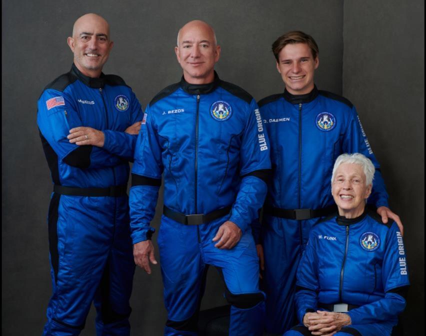 우주 비행에 나서는 제프 베이조스(왼쪽에서 두번째)와 동생 마크 베이조스(왼쪽 끝), 동승자 올리버 데이먼(오른쪽에서 두번째)과 월리 펑크(오른쪽 끝). 사진 블루 오리진