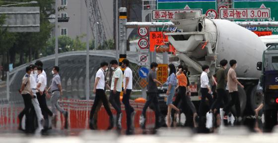 서울에 폭염주의보가 내려진 20일 오후 여의도공원 앞 횡단보도에 아지랑이가 피어오르고 있다.  기상청은 20일부터 내륙을 중심으로 무더운 날씨가 지속될 전망이라고 밝혔다. 뉴스1