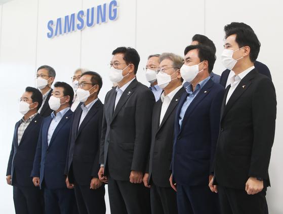 송영길 더불어민주당 대표와 이재명 경기지사가 20일 오후 경기 화성시 삼성전자 화성캠퍼스를 방문해 기념촬영을 하고 있다.