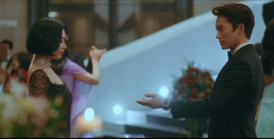 tvN '악마판사'의 파티 장면. 왈츠 음악으로 라흐마니노프의 피아노협주곡을 편곡해 사용했다. [사진 각 방송사]