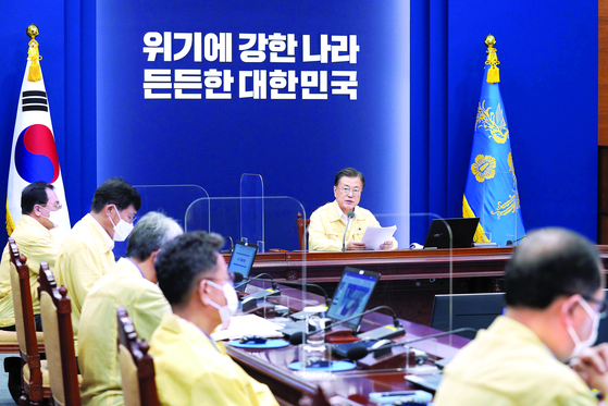 문재인 대통령이 19일 오후 청와대에서 수석·보좌관회의를 주재하고 있다. 이날 오전 일본 요미우리신문의 한·일 정상회담 개최 보도가 나오기도 했으나 박수현 청와대 국민소통수석은 브리핑을 통해 문 대통령이 도쿄 올림픽 기간에 일본을 방문하지 않기로 결정했다고 밝혔다. [사진 청와대]