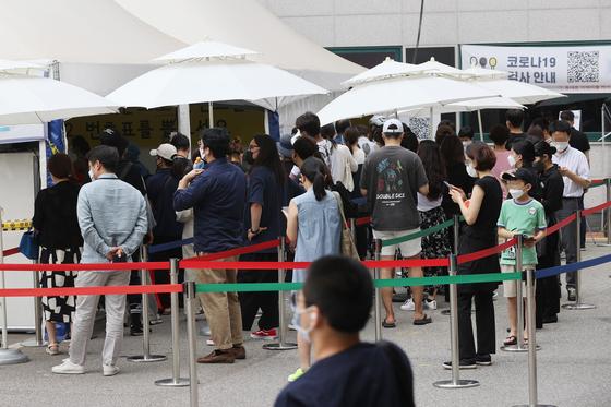 20일 오후 서울 강남구보건소 선별진료소에서 시민들이 검사를 받기 위해 대기하고 있다. 연합뉴스