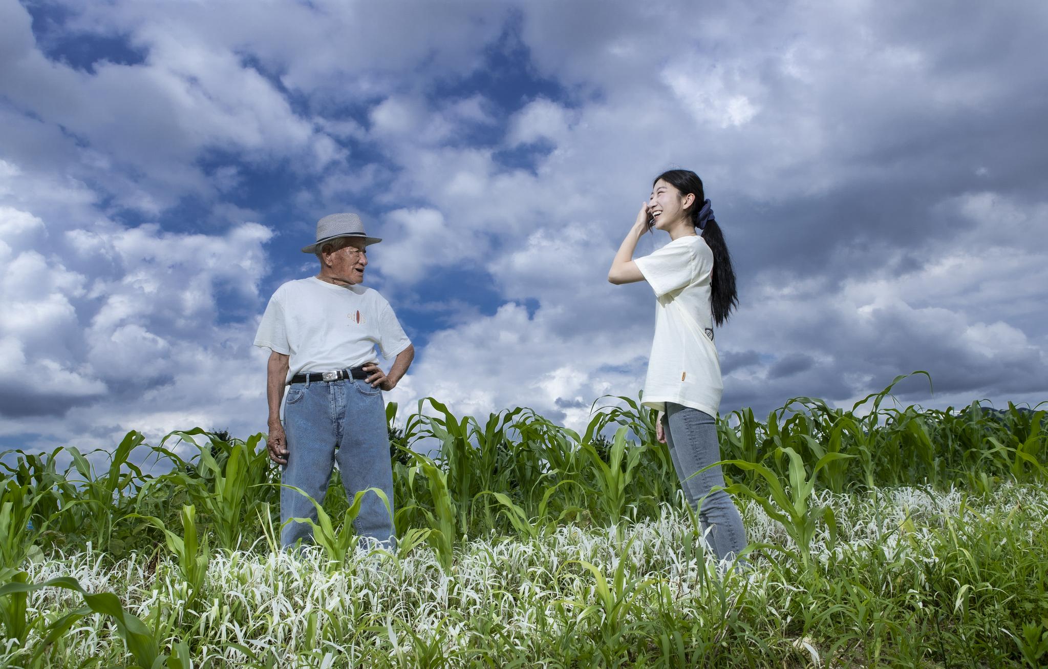 커플 티셔츠와 청바지 차림으로 들녘에 선 아흔의 할아버지와 서른둘의 손녀, 이렇게 사진으로 또 한장의 추억을 쌓았습니다. 권혁재 사진전문기자