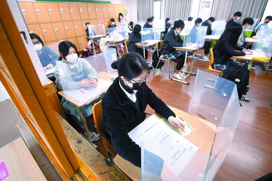 지난해 11월 18일 오전 대구의 한 고등학교 3학년 교실에서 수험생들이 시험에 집중하고 있다. 연합뉴스
