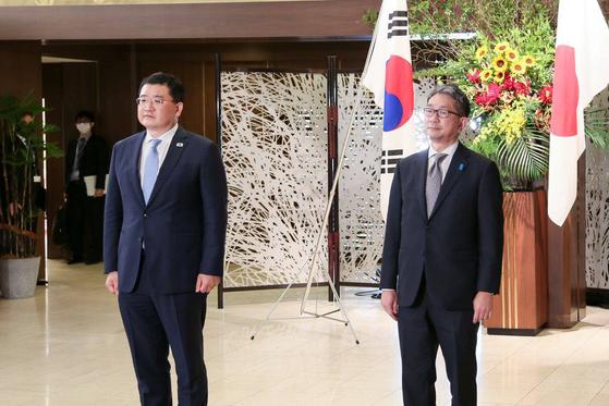 최종건 외교부 1차관은 20일 일본 도쿄에서 모리 다케오 외무성 사무차관과 회담을 가졌다. 두 차관은 전날 문재인 대통령의 방일이 무산된 이후 싸늘해진 한일 관계를 반영하듯 약 2m를 거리에 두고 기념사진을 촬영했다. 회담장 입구에서 만난 두 차관은 악수조차 하지 않았다. [뉴스1]