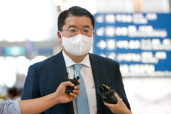 최종건 차관은 20일 일본 도쿄에서 한일 외교차관 회담을 갖고 양국 현안을 논의할 예정이다. 사진은 20일 인천국제공항을 통해 일본으로 출국하기 전 취재진 질문에 답하고 있는 최 차관. [뉴스1]