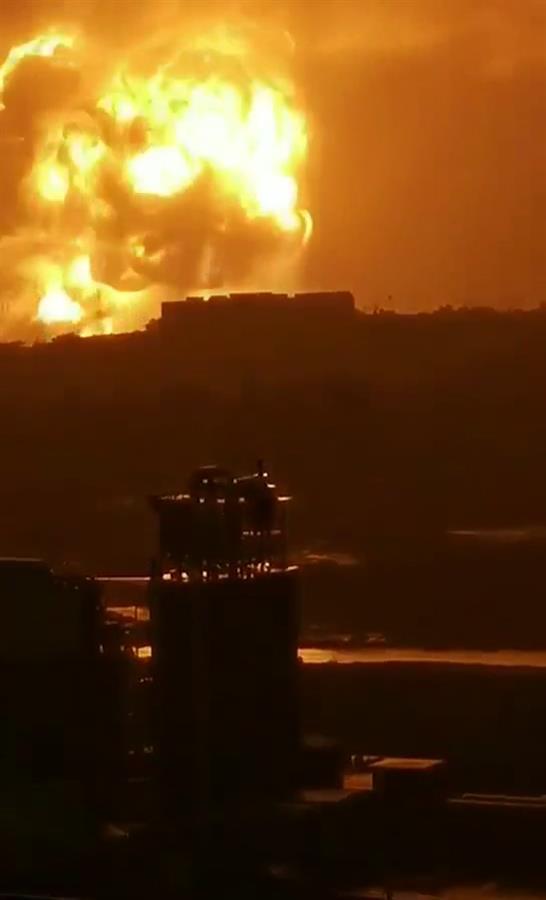 20일 오전 중국 허난성 덩펑시에서 발생한 알루미늄 합금공장 폭발사고로 대형 버섯구름이 피어오르고 있다. [웨이보 캡처]