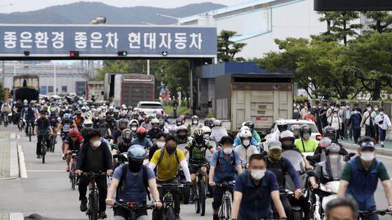 지난 8일 오후 현대자동차 울산공장 명촌정문에서 1조 근로자들이 퇴근을 하고 있다. 뉴스1