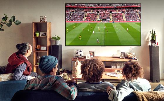 유로 2020·도쿄올림픽 등 대형 스포츠 이벤트가 연이어 개최되면서 생생한 화질로 경기를 관람할 수 있는 고화질 TV에 소비자들의 관심이 높아지고 있다. LG 올레드 TV는 움직임이 많은 스포츠 경기 화면의 프레임을 더 부드럽게 처리하는 '올레드 모션 프로' 기능을 탑재해 마치 눈 앞에서 경기가 펼쳐지는 것 같은 현장감을 전달한다. [사진 LG전자]