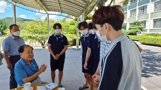김희수 건양대 명예총장(왼쪽 앞)이 15일 건양고를 찾아 학생들과 대화하고 있다. 김방현 기자