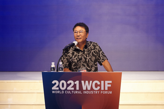 이수만 SM엔터테인먼트 총괄 프로듀서가 지난 1일 유튜브로 중계한 2021 세계문화산업포럼(WCIF)에서 기조연설을 하고 있다.   사진 SM엔터테인먼트