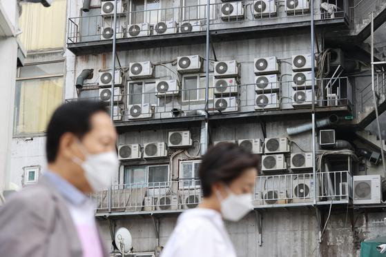 서울 중구의 한 건물에 에어컨 실외기가 빼곡히 설치돼 있다. 연합뉴스